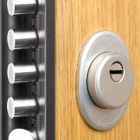 Cómo usar un cincel para una puerta